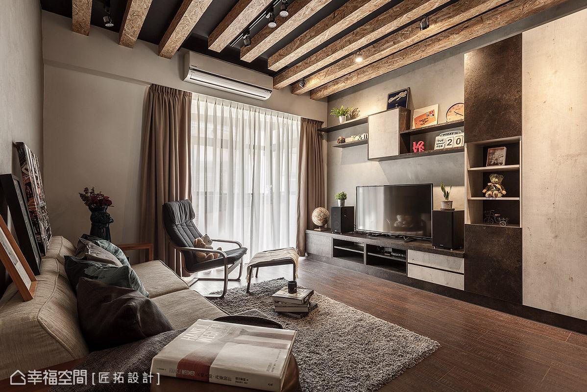 天花板漆上深灰色漆,搭配木格柵造型變化,讓場域更具層次與立體感。