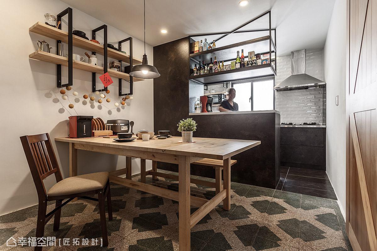 以半開放式設計打造餐廚區,透過地坪材質與備餐檯界定機能性,讓場域具有良好的互動性。