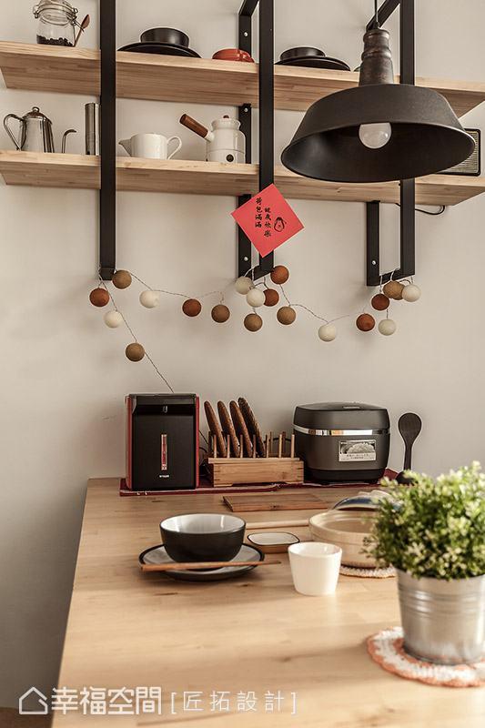 木質餐桌為餐廳注入溫馨質感,局部搭配鐵件與造型吊燈,妝點些許工業風個性。