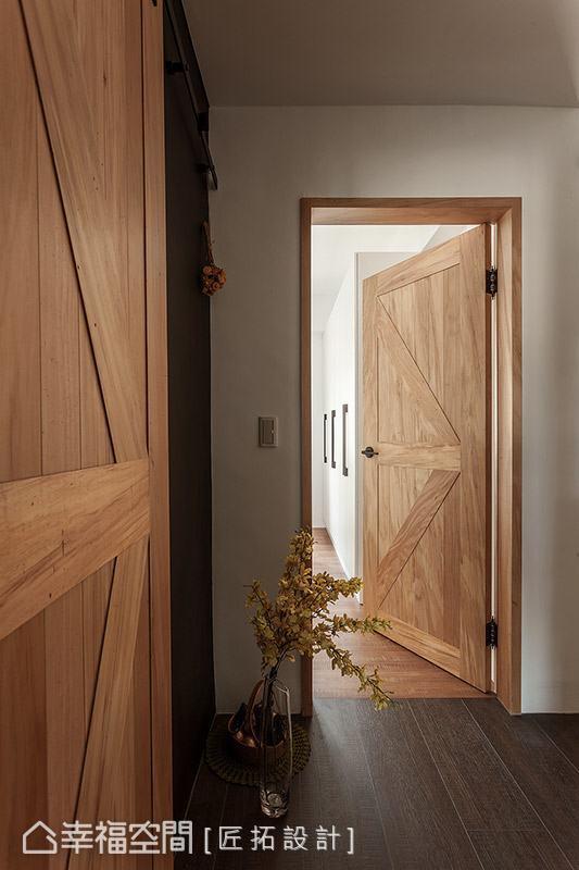門片特別選用穀倉造型門,呼應室內的工業風主題,並調和出溫暖古樸的場域溫度。