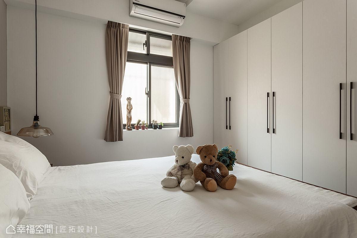以現成家具擴充臥室的收納機能,簡約白色調與空間相互融合,展現純淨清爽的生活感。