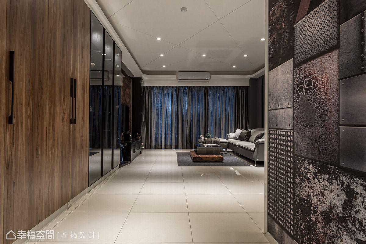 大門右側特別選用屋主喜愛的壁紙鋪陳,上方融合粗獷、斑駁、復古、樸質等多種視覺效果,營造出特色十足的迎賓端景。