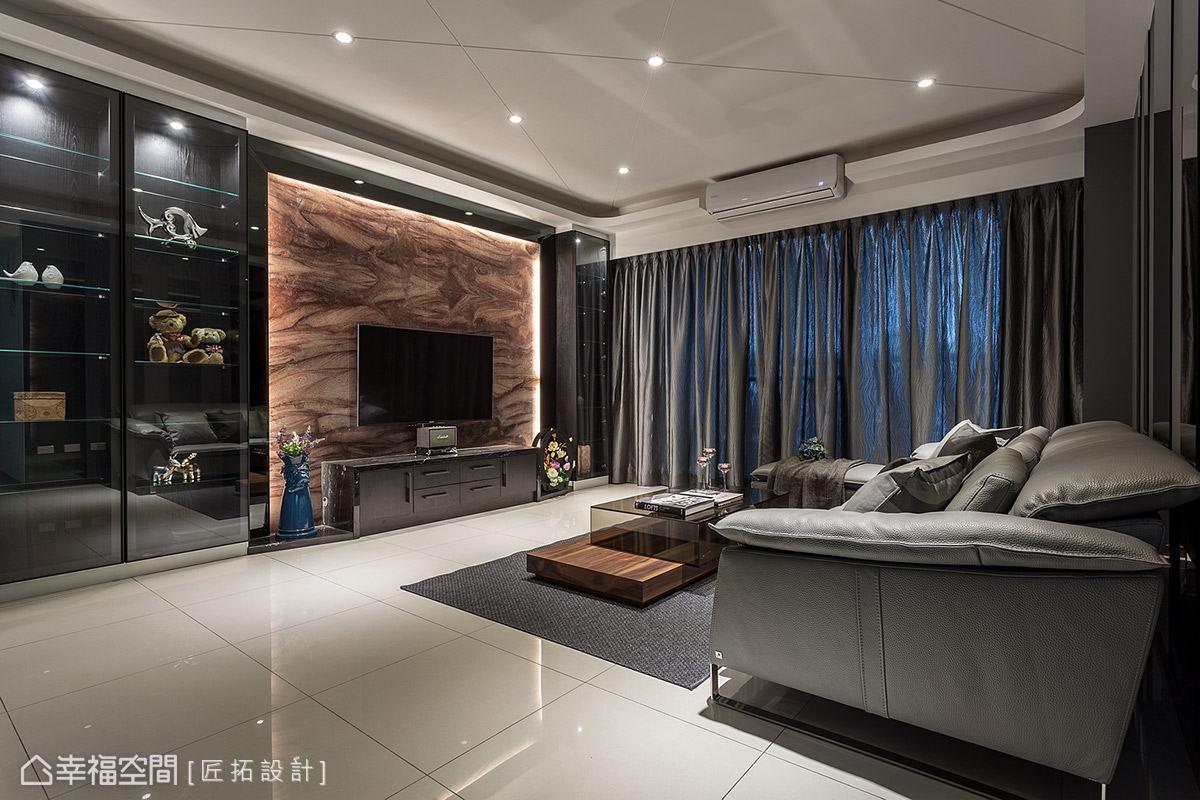 匠拓設計選用寶格麗大理石作為電視主牆,其獨特鮮明的色澤紋理,為場域挹注不凡氣勢。