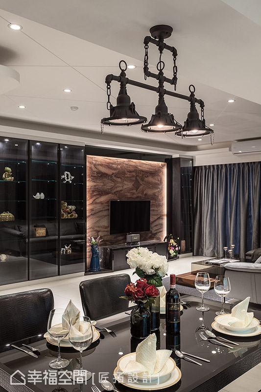 餐桌上方妝點工業風造型吊燈,於現代風格中融入些許原始粗獷質地。