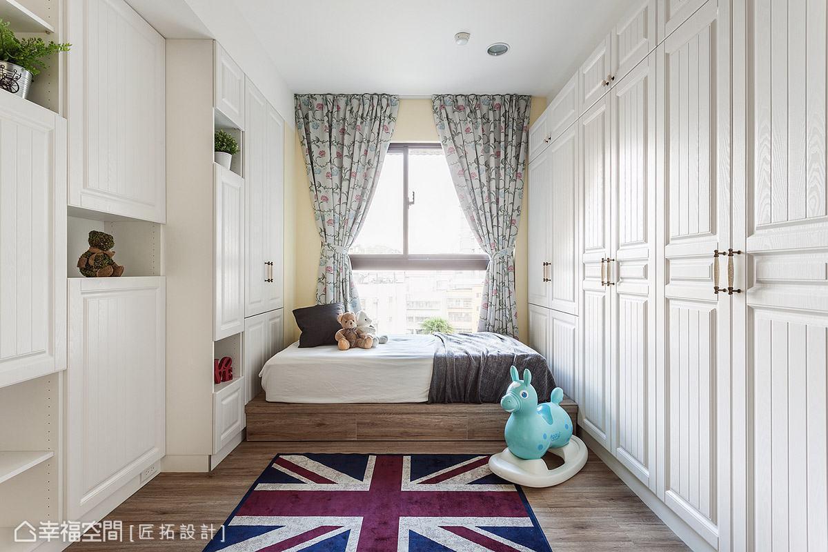 跳脫公領域的主題調性,女孩房以白色線板、溫潤木地板,鋪陳美式休閒氛圍,帶來清新明亮的生活感受。