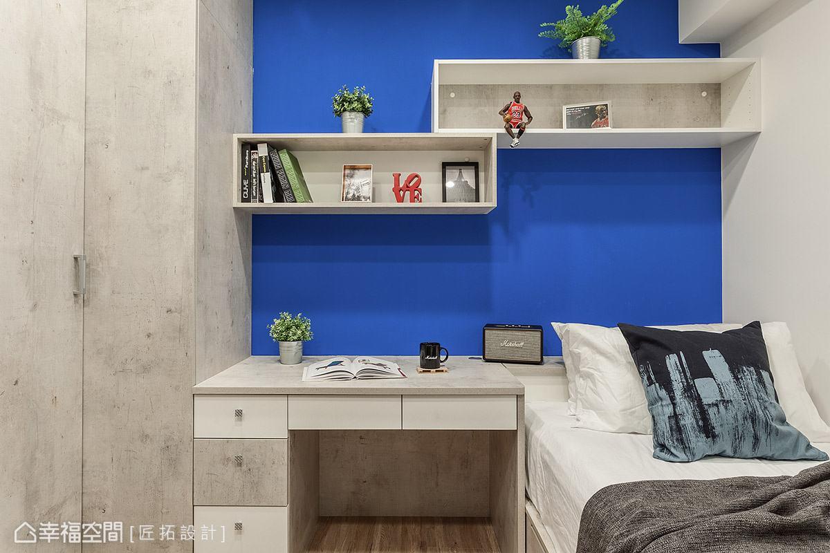 以系統櫃打造床鋪、書桌、衣櫃等基本機能需求,牆面特別漆上鮮明跳色,為男孩房增添活潑表情。