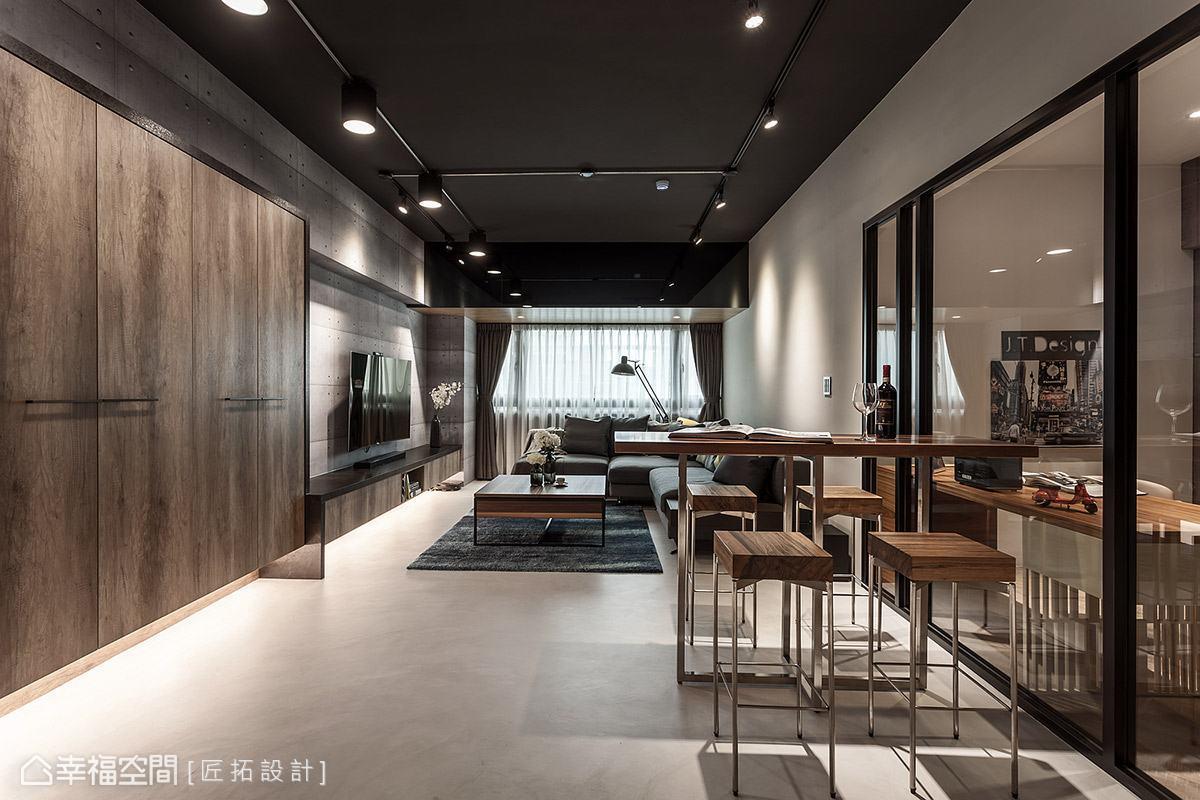 天花板特意不做造型修飾,讓屋高向上延展,僅以深藍色漆搭配軌道燈,帶出個性工業質感。