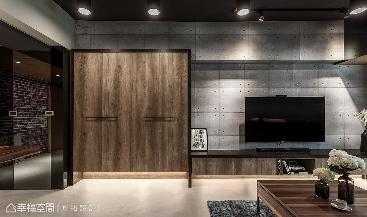 匠拓設計選用仿清水模壁紙鋪陳電視主牆,形塑低調內斂的立面表情,並向上延伸包覆樑線,消弭橫樑的突兀感。