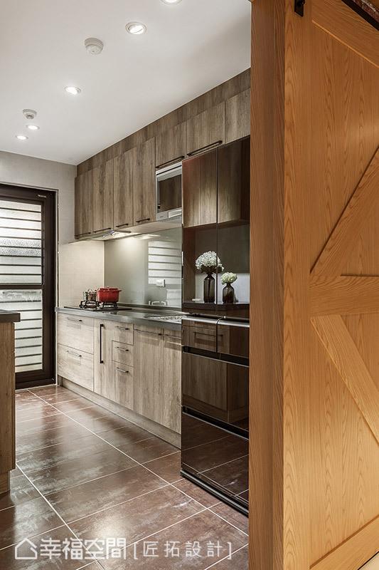 地坪特別選用西班牙金屬磚,其特殊的質感與光澤,在燈光照映下展現透亮光澤。