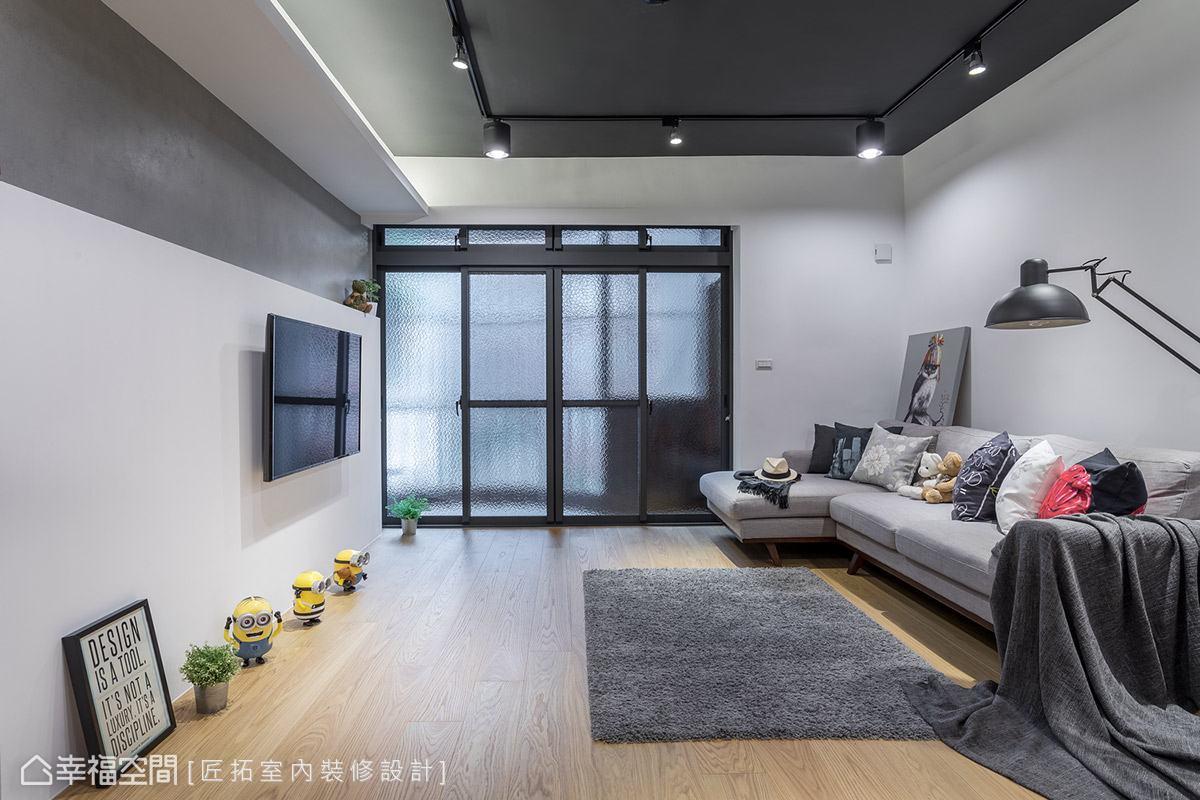 匠拓室內裝修設計特意不施作天花板以保留原始屋高,搭配灰色噴漆與軌道燈飾,營造出輕工業風氣息。