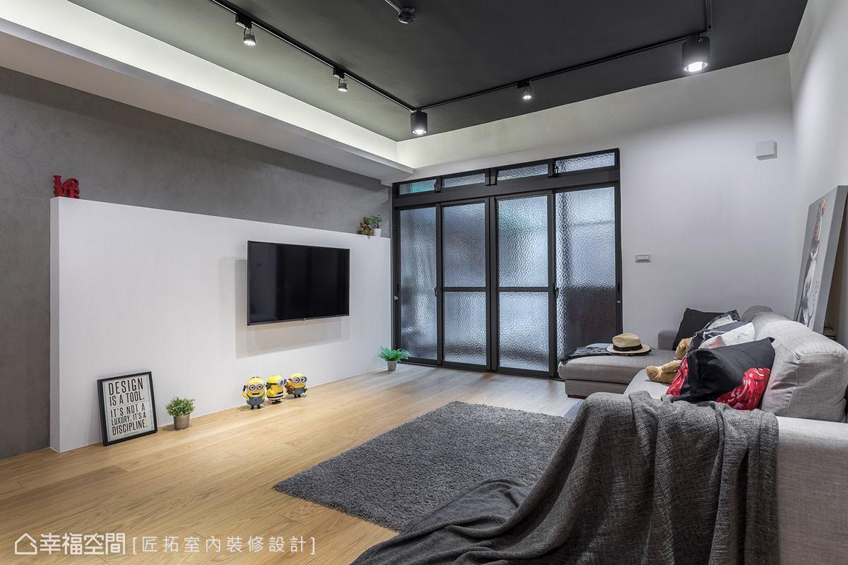 電視牆高度特意不做滿,保留上方置物檯面方便擺放裝飾品,並將所有線路藏在白牆後方,維持立面的乾淨俐落。