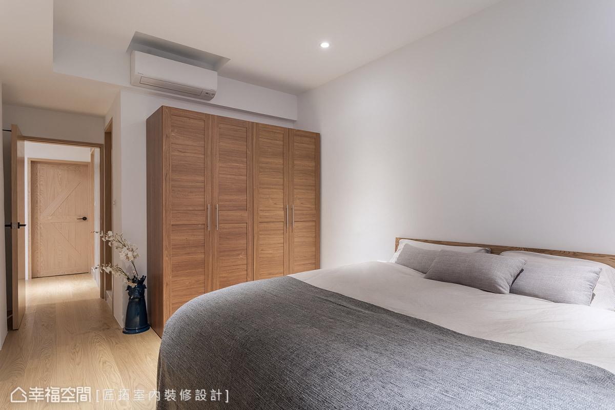 同樣維持乾淨俐落的風格調性,並以櫃體和家具滿足起居需求,呈現臥室的簡約舒適感。