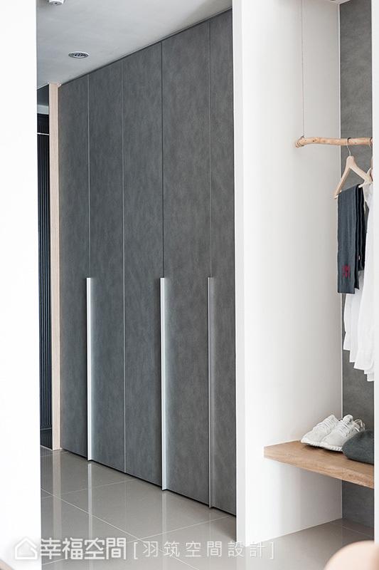 櫃子頂天立地肩負起所有收納需求,系統板門片在光線照射下呈現雲彩紋理,搭配鐵件把手增加層次感。