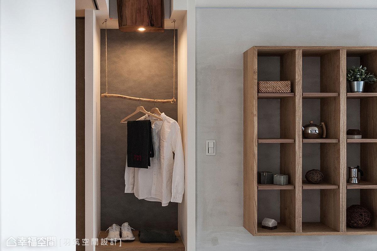 運用實木樹枝當掛衣架,層板上陳列鞋包配件兼具穿鞋椅功能,牆面系統板造型與鞋櫃相呼應,搭配柱狀木質LED燈,營造出無印風品牌意象。