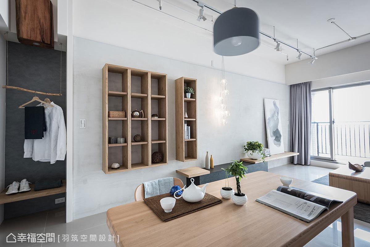 立面造型適度留白,帶來簡約俐落的感受,搭配實木家具增添溫度,空間自然散發出無印風格。