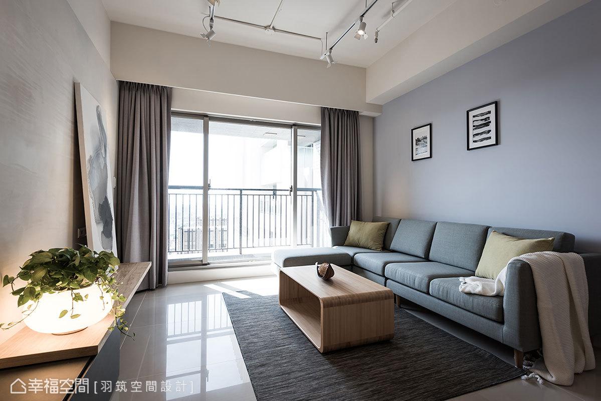 藍灰牆抹上一層北歐景致,襯托出沙發軟件舒適度,搭配鵝黃色抱枕帶來跳色手法,讓空間氛圍更溫暖活潑。