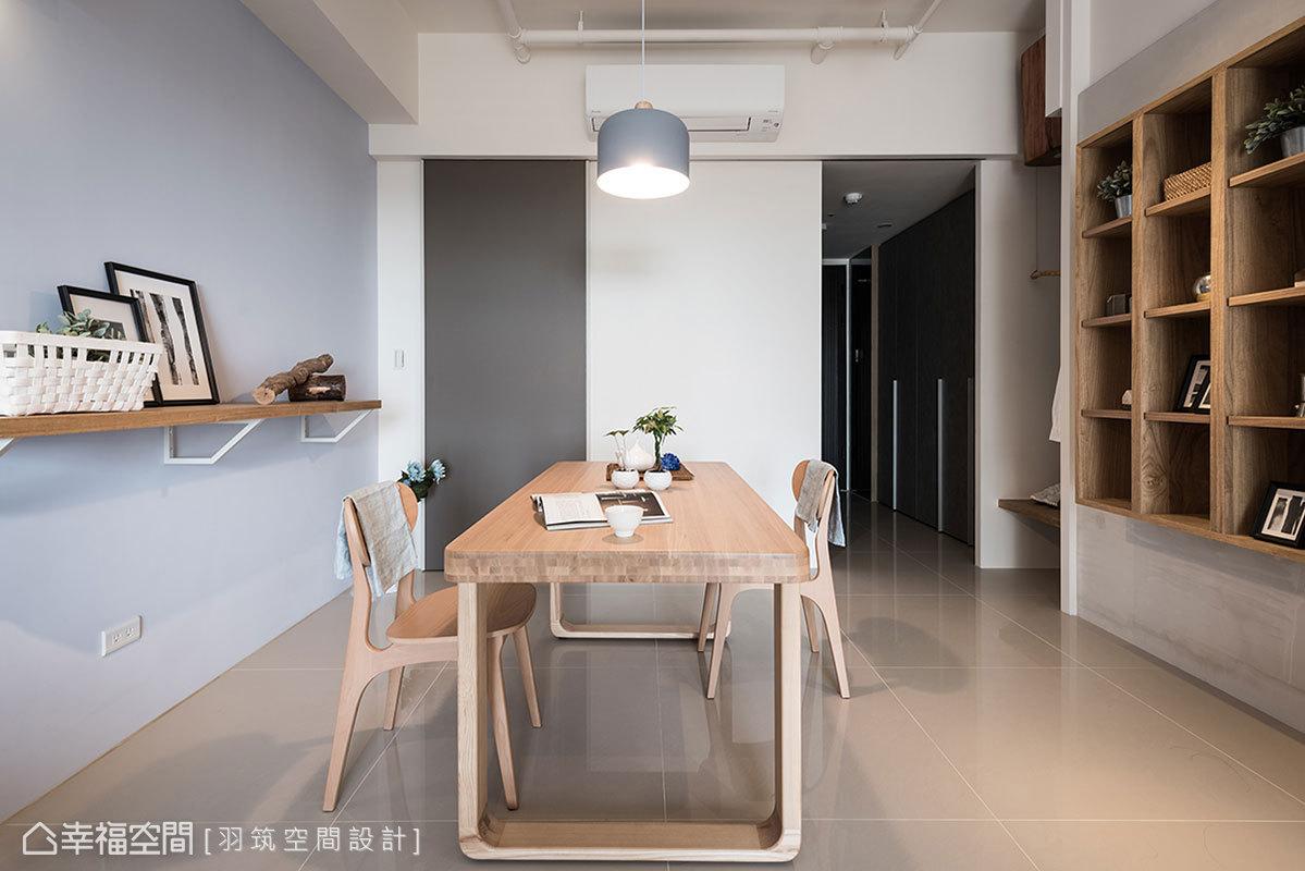 廚房入口鋪設長軌道拉門,可隨意左右推移以遮蔽玄關,表面擁有磁性黑板功能,方便屋主留言記事。