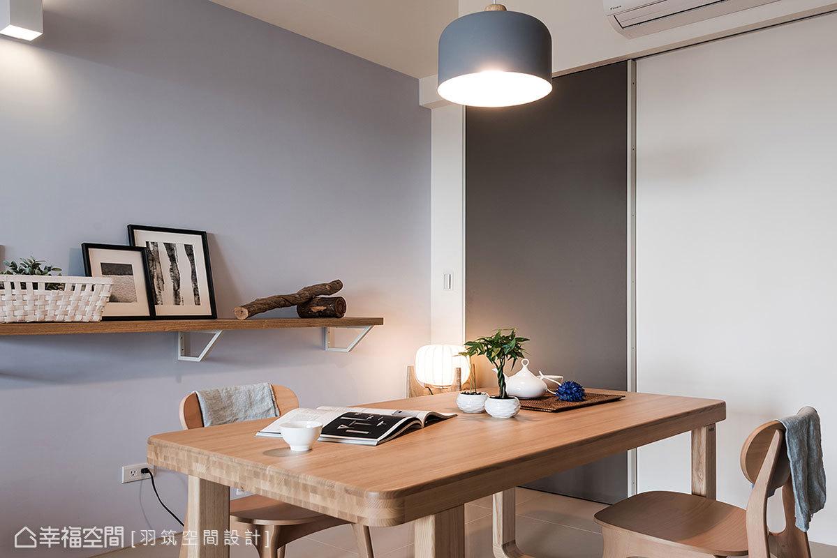 羽筑空間設計團隊挑選實木感家具桌椅,搭配不同造型燈具提升明亮度,營造出沉靜溫暖氣息。