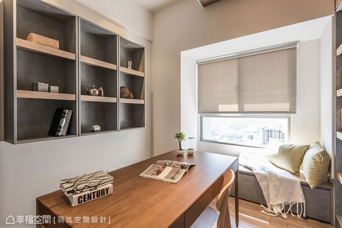 沿著窗邊設置休閒臥榻區,形成可隨興坐臥的平台;牆上設置展示吊櫃提升收納,避免櫃體產生壓迫感。