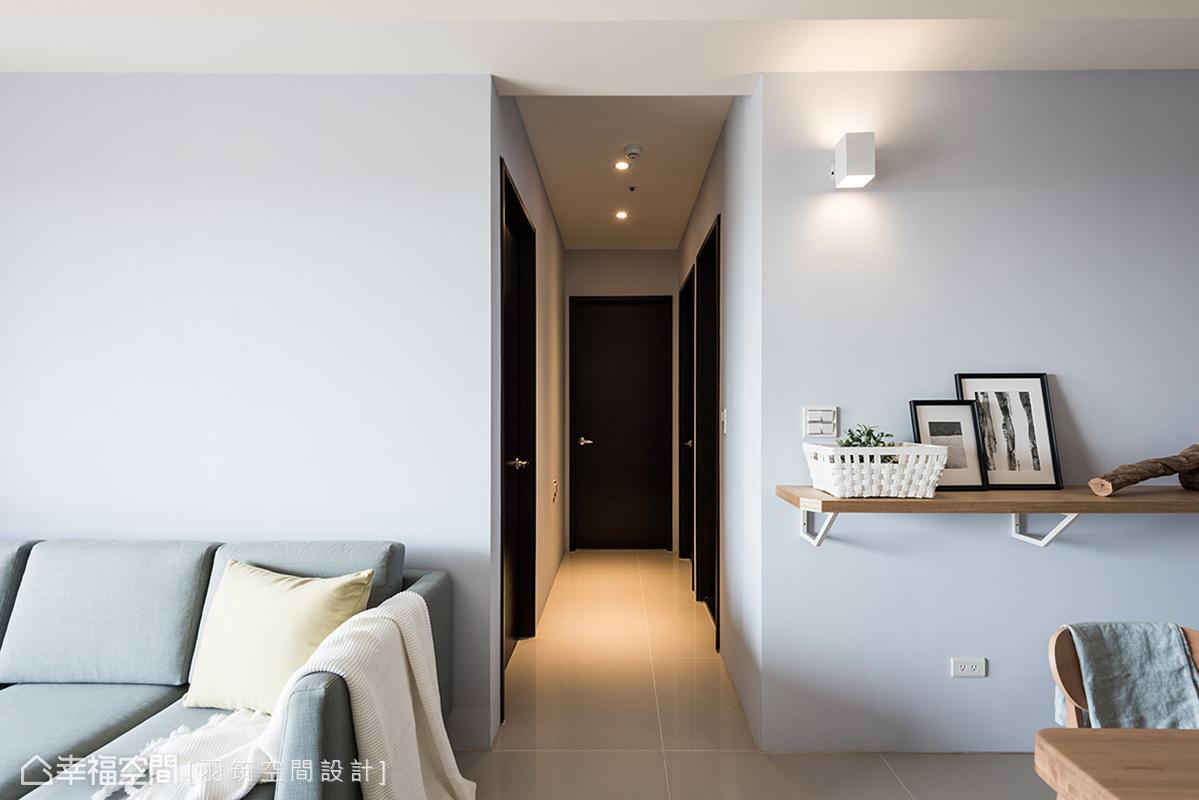 藍灰色從沙發牆蔓延到餐廳,一路擴散進入私領域廊道,成功利用色彩擴大空間視覺。