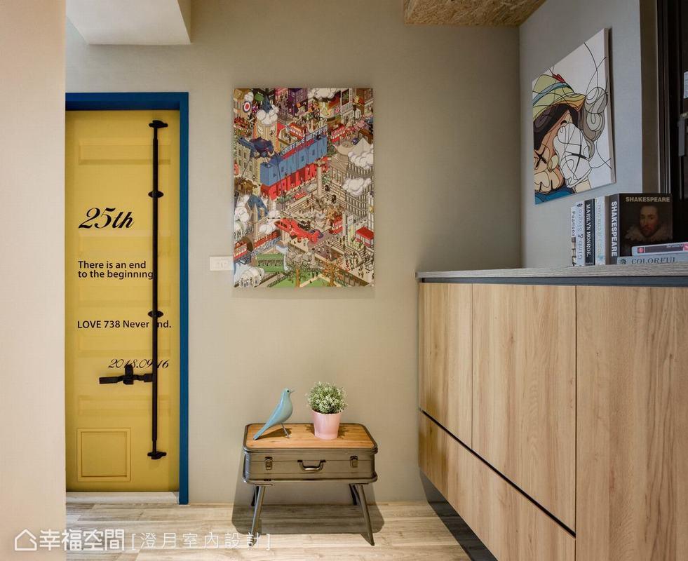 滿足屋主希望有特別衛浴門片設計需求,吳宜倫設計師以黃色貨櫃門與藍色門框營造活潑的工業風門板,門板特別放上屋主最愛的安室奈美惠引退的紀念日期與訊息文字。