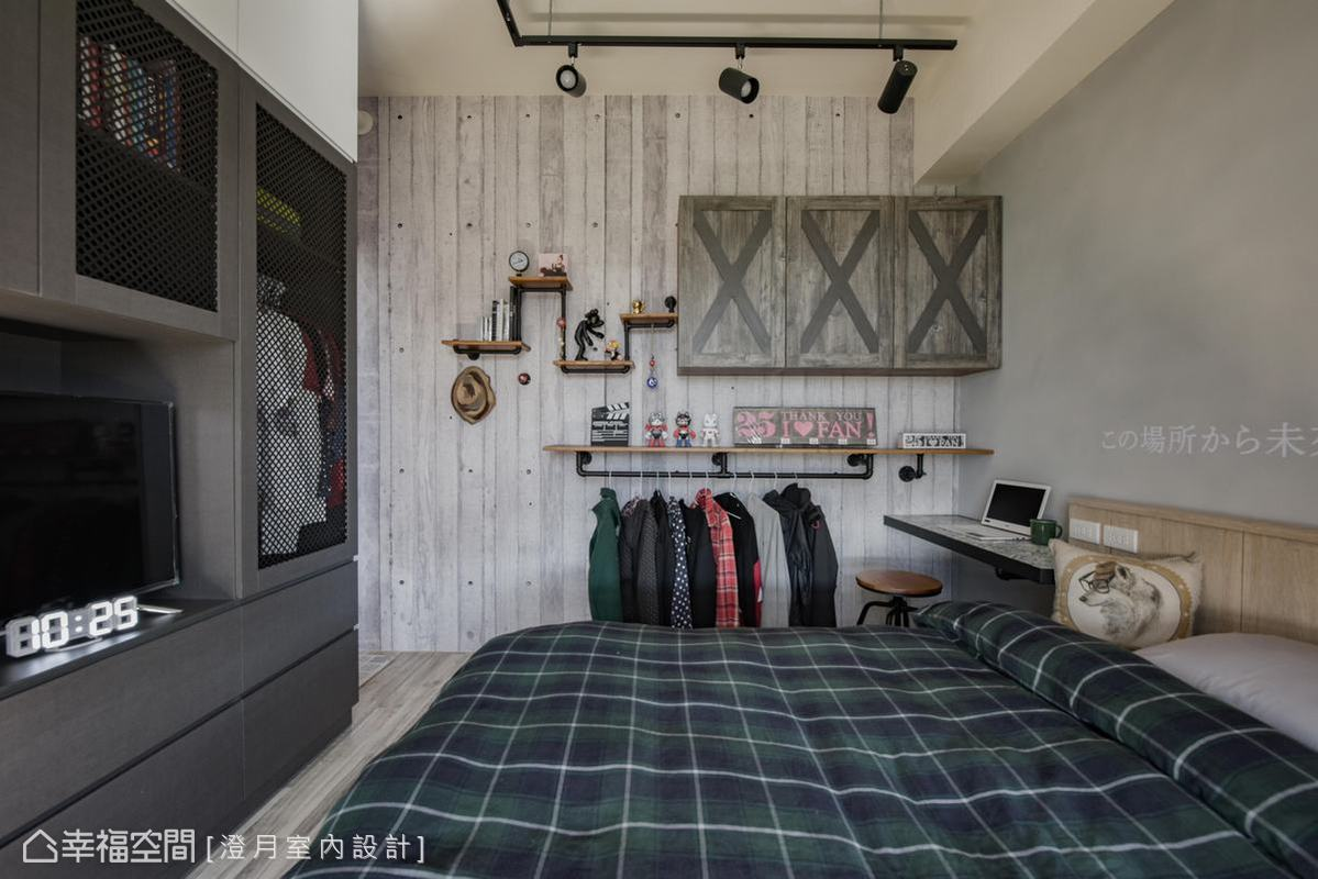 大膽使用全黑色系搭配網狀鋁板深色鐵網的衣櫃,搭配木質元素,創造出屋主喜愛的工業風格,沉穩色系搭配簡約設計線條,營造個性又放鬆的舒眠空間。