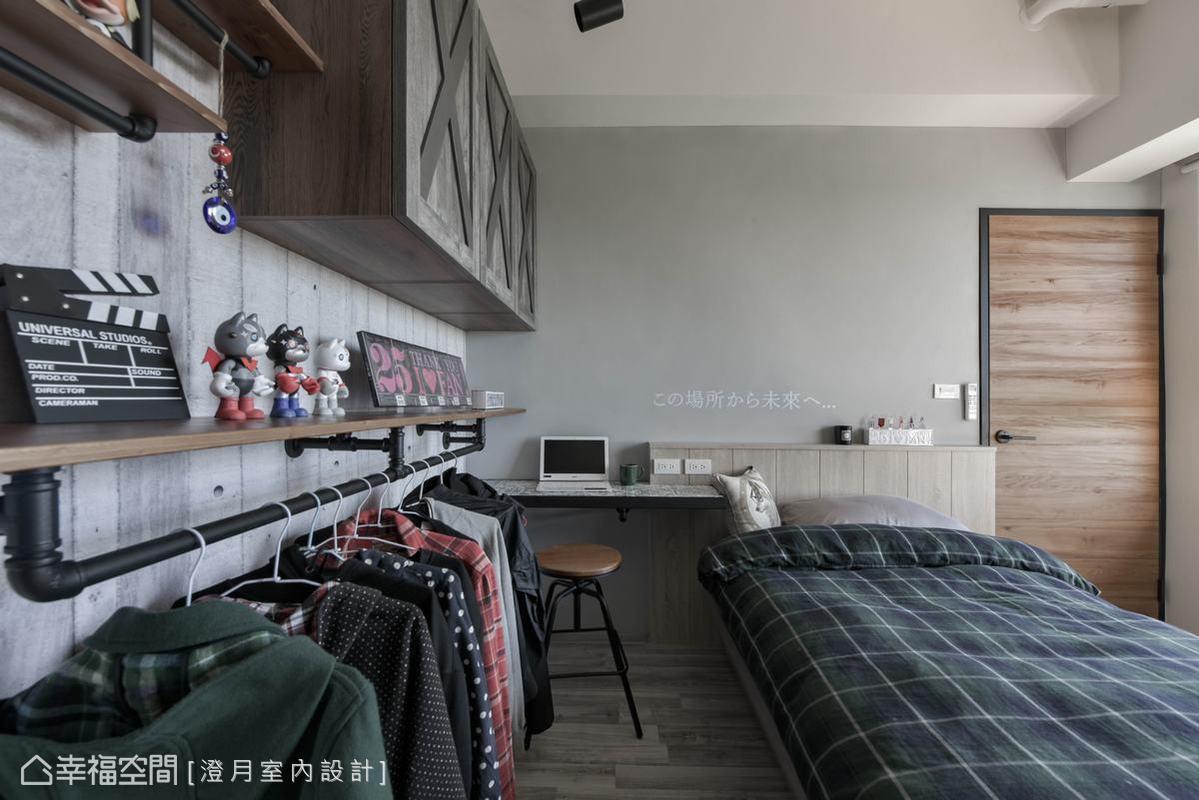 在主臥規劃了結合上方可放蒐藏品台面的開放式掛衣架,床頭左側為屋主需求保留一個以鐵框搭配花磚製作的書桌,搭配設計單椅,兼具實用機能與設計美感。