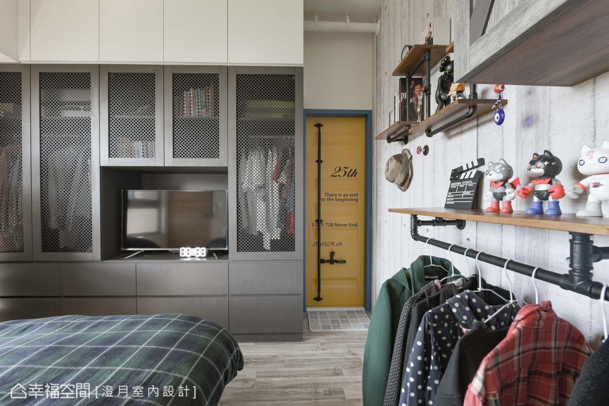 運用具有穿透視感的鐵網門片,讓整座黑色工業風的衣櫥不會顯得壓迫厚重,內部衣服收納也能一目了然,增加使用便利性