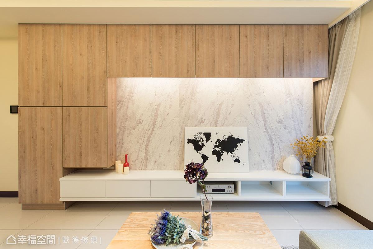 電視牆運用仿石紋材質呈現自然紋理,機櫃採白色造型與之相融合;四周規劃滿滿的櫃子提升收納量,並以木紋包覆帶來冷暖對比效果。