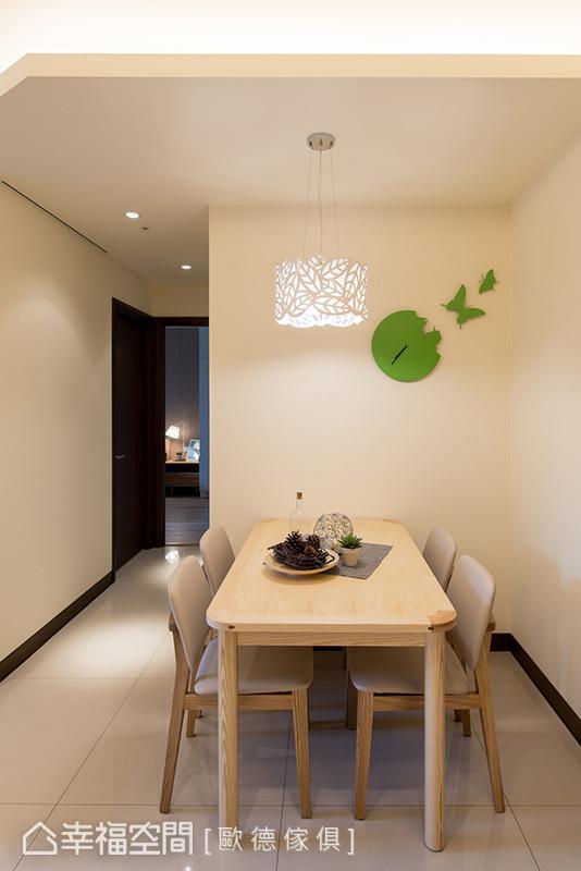 白色空間選用了實木家具注入自然氛圍,形塑出清新無壓的無印風;牆面掛上造型趣味的綠色蝴蝶鐘,帶來活潑的跳色手法。