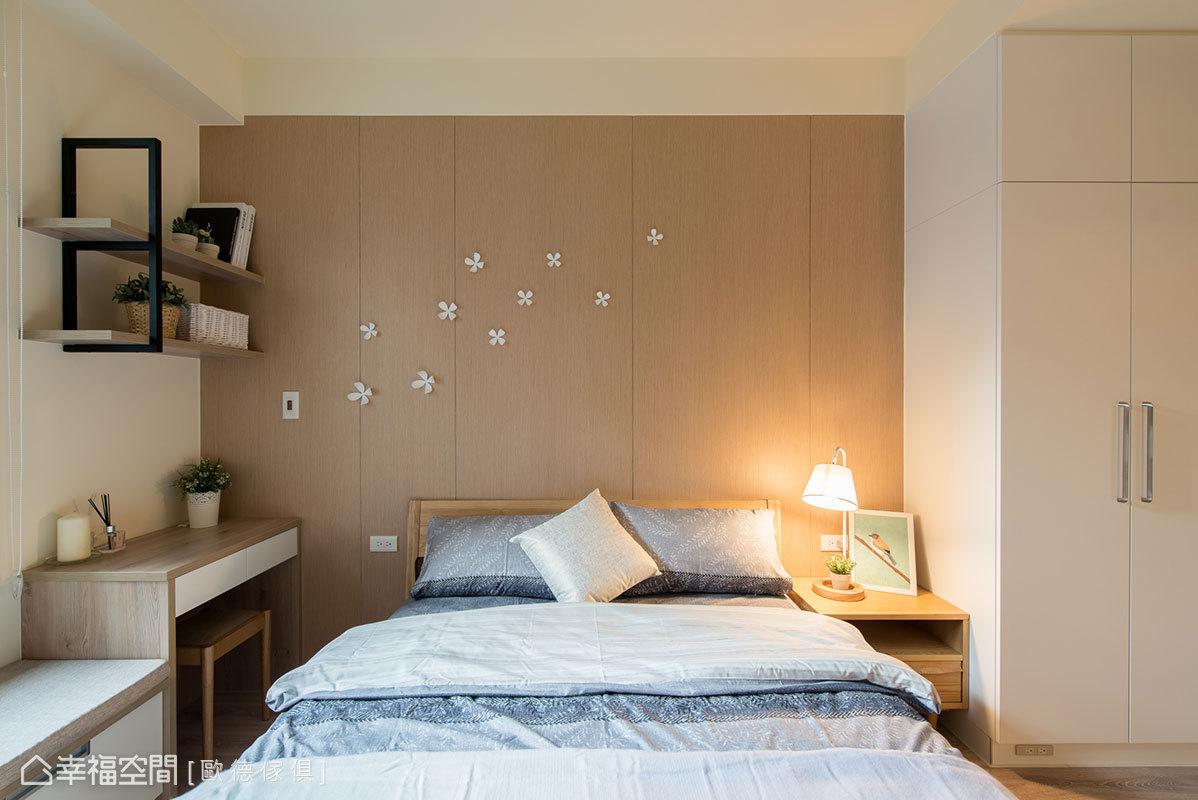 床頭牆以木皮並適度做出溝縫,拉出一道道俐落線條序列;結合自然立體的花藝裝飾,營造出紛呈的花舞意境。