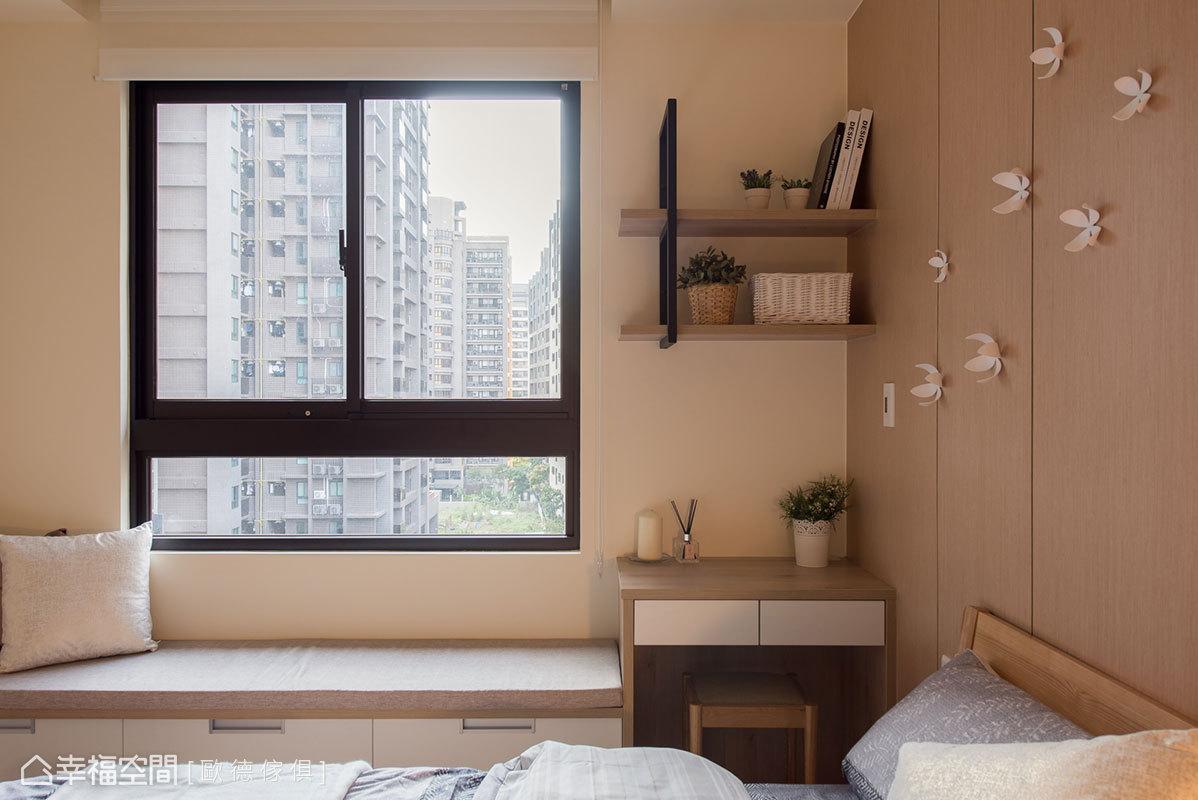 臥榻旁邊規劃了梳化妝桌,使動線符合女主人的生活習慣,讓難以使用的轉角牆也得以被利用。