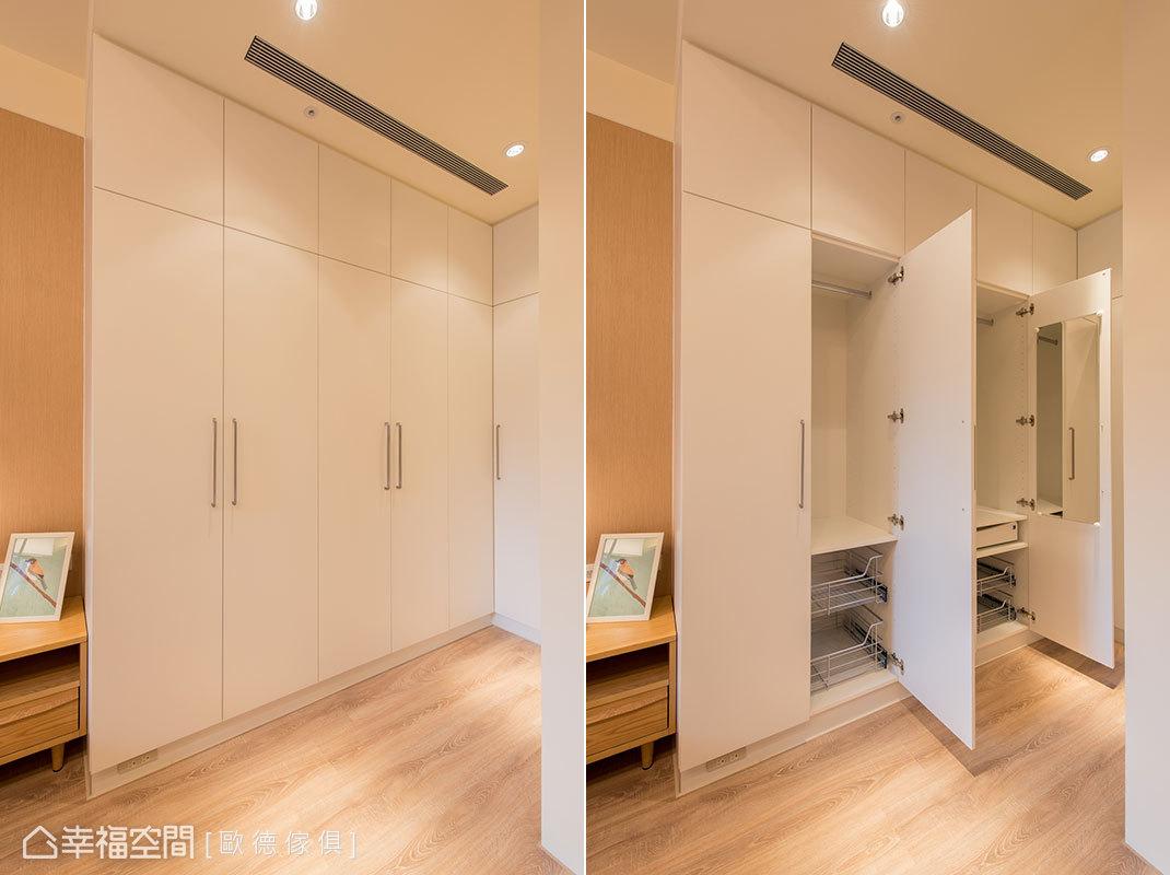 主臥入口設置滿滿頂天高櫃,打造出開放式更衣空間;衣櫃下方的踢腳板裝設三口插座,方便使用吸塵器、電扇等電器。