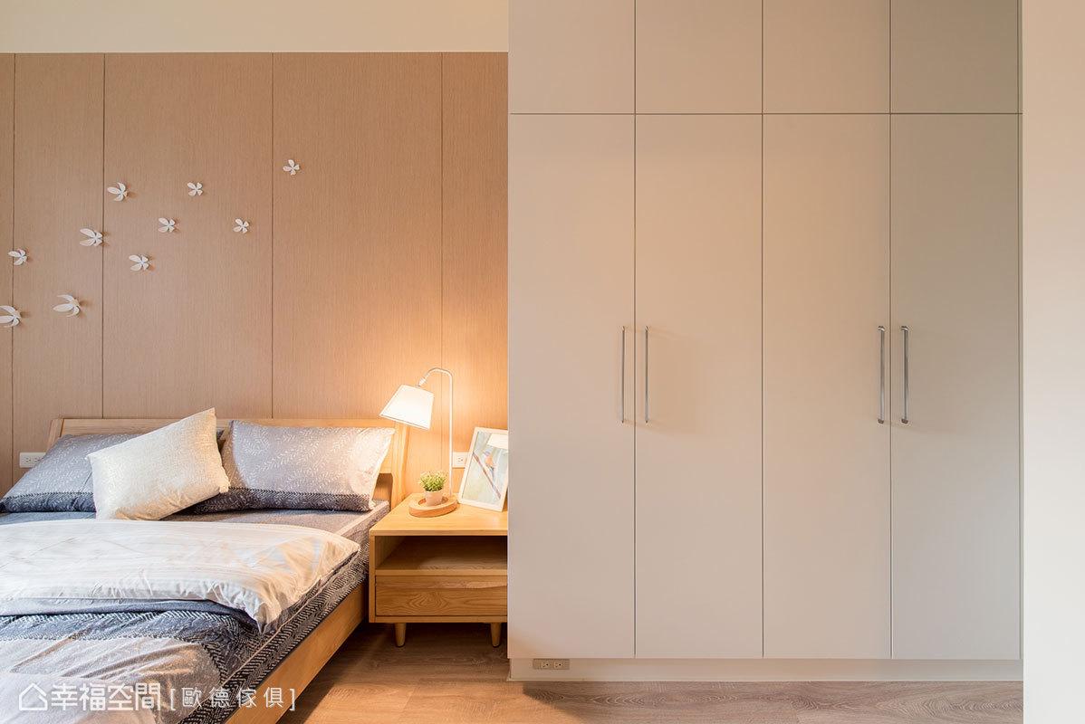 經過精密演算和尺寸拿捏,讓床鋪和櫃體之間無多餘縫隙,創造出宛如一體成形般的緊密結合。