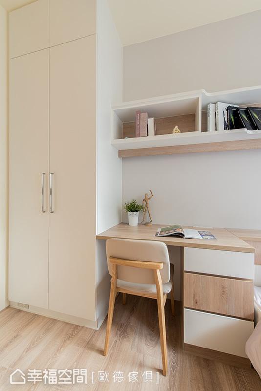 善用狹長的格局規劃滿滿收納,從上掀式床頭櫃,到床鋪下方的抽屜櫃,都讓小孩房機能更趨完整吊櫃下方設置隱藏式照明設計,可以作為閱讀燈方便閱讀;書桌穿插使用白色和木紋做混搭,增加視覺變化性。。