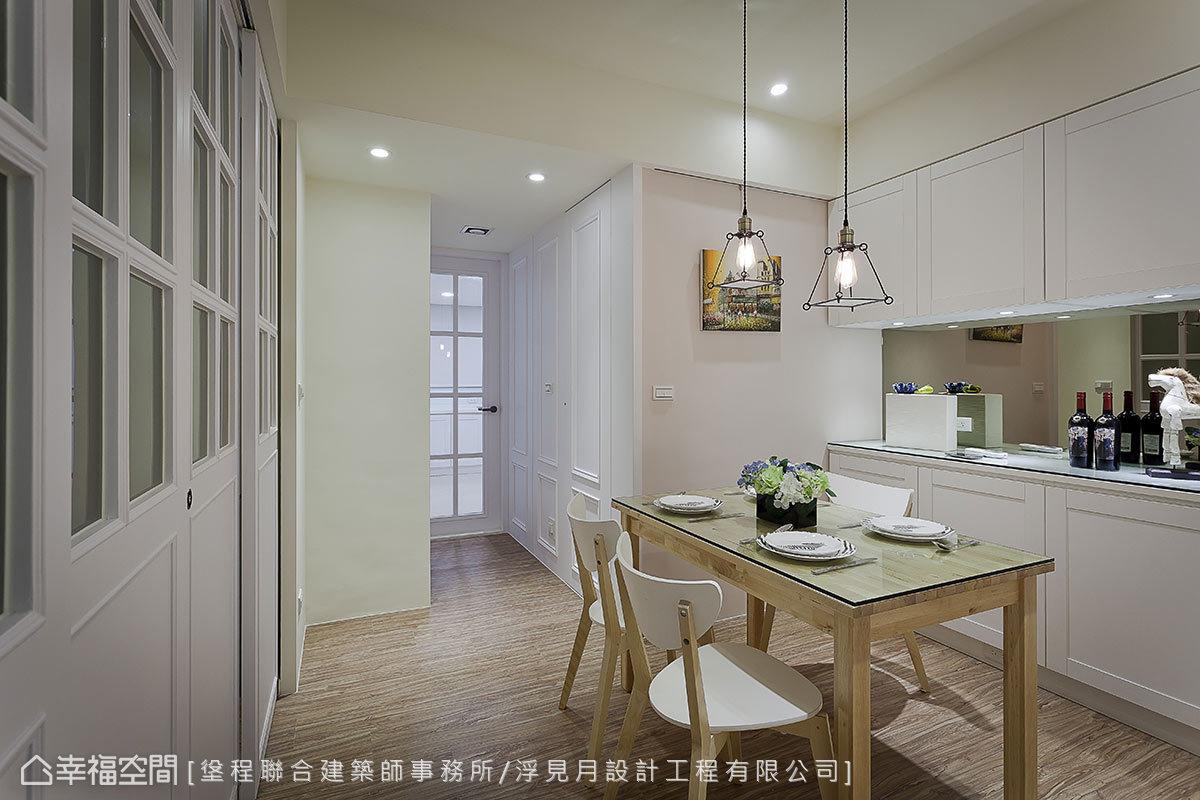 餐廳周圍環繞多功能室、主臥、衛浴機能,廊道盡頭的格子窗門則是廚房的入口,透過開放式的格局,串聯起整個機能場域。