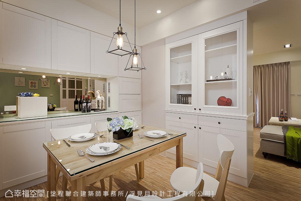 善用橫樑下方的畸零地,設置大量的收納櫃體,搭配鑲貼光澤溫馨的茶鏡,放大室內的空間感。
