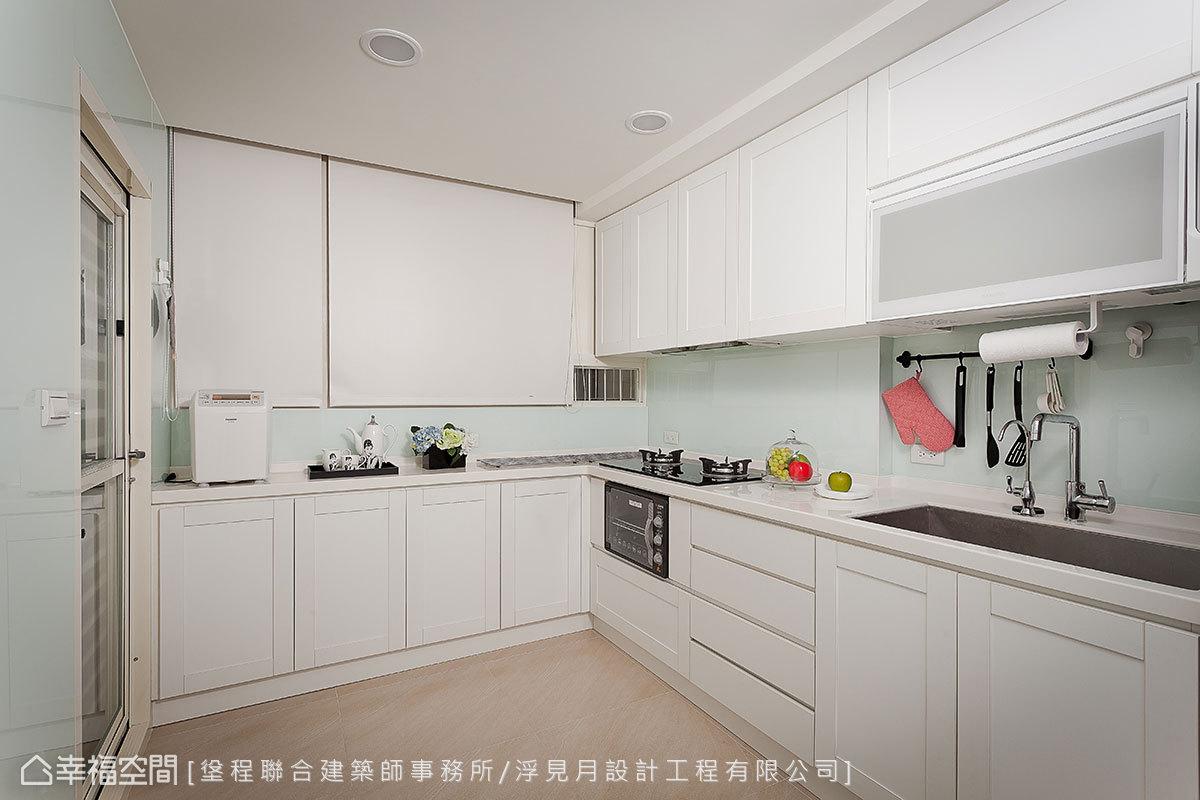 原有的廚具從一字型改為L型方式擺設,創造十足的機能性,壁面鑲貼烤漆玻璃,方便日後的清潔和維持。