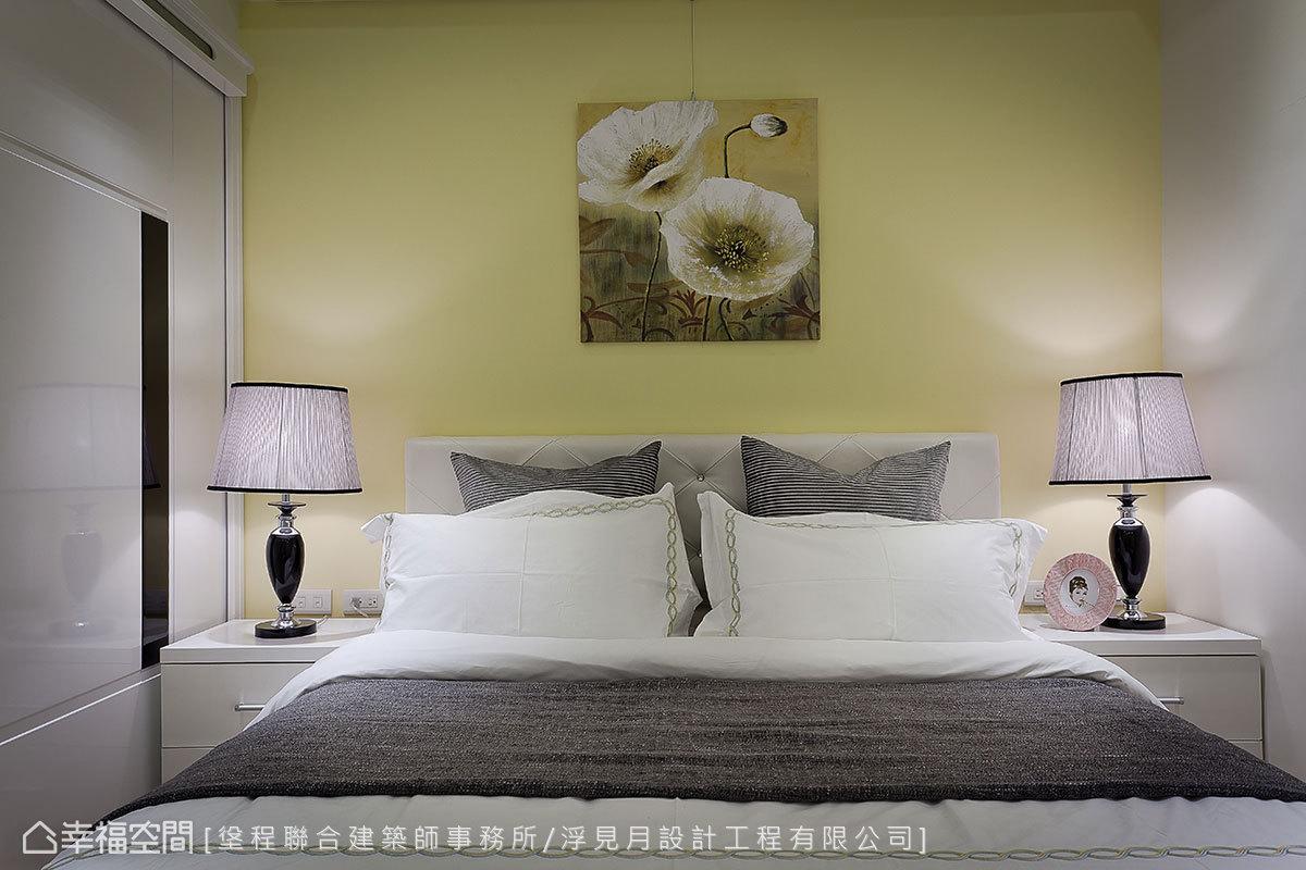 浮見月設計以黃色鋪陳床頭背牆,搭佐花朵造型的藝術品,呈現出溫馨舒適的休憩氛圍。