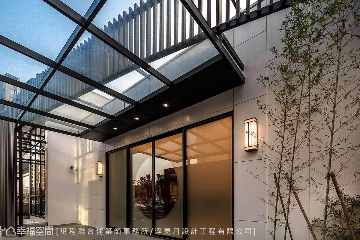 玻璃帷幕引流自然光,大門旁竹林造景一片綠意盎然,讓參觀者感受到自然氣息。