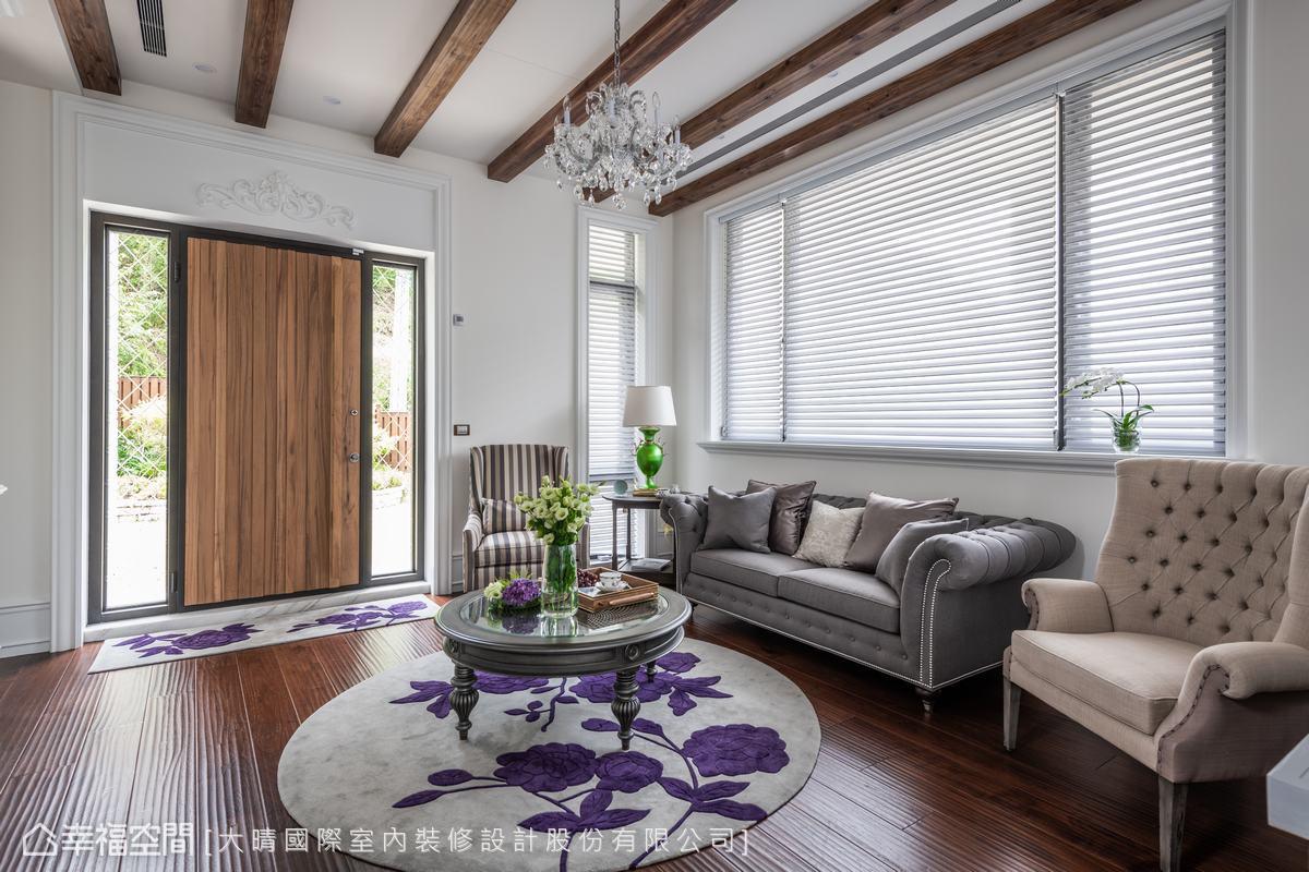 從大門進就可以看見寬敞的客廳空間,大晴國際室內裝修設計運用空間細節與家具、地毯等,打造出美式休閒融合南法浪漫的度假風格。