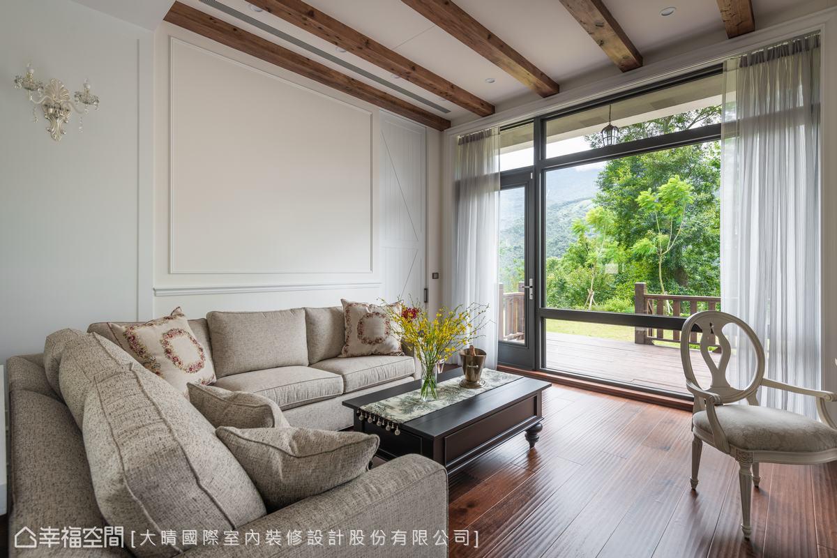 透過整面的玻璃牆與向外伸展的露台,讓屋主可以充分欣賞美麗的自然景色。