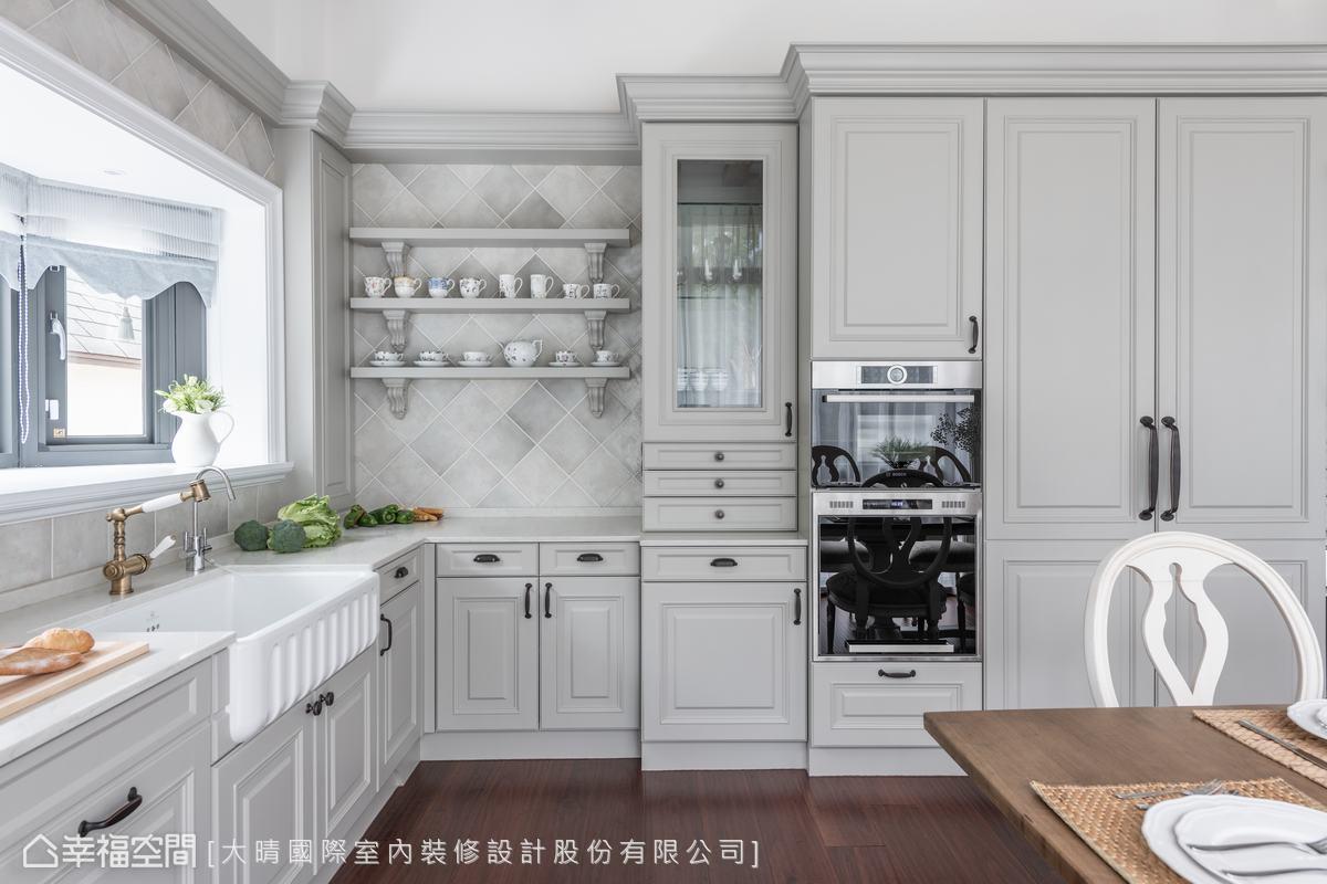 廚房選用好清潔的人造石作為檯面,更運用漸層灰磁磚點綴壁面,打造畫龍點睛效果,同色系不同材質交織出優雅氛圍。