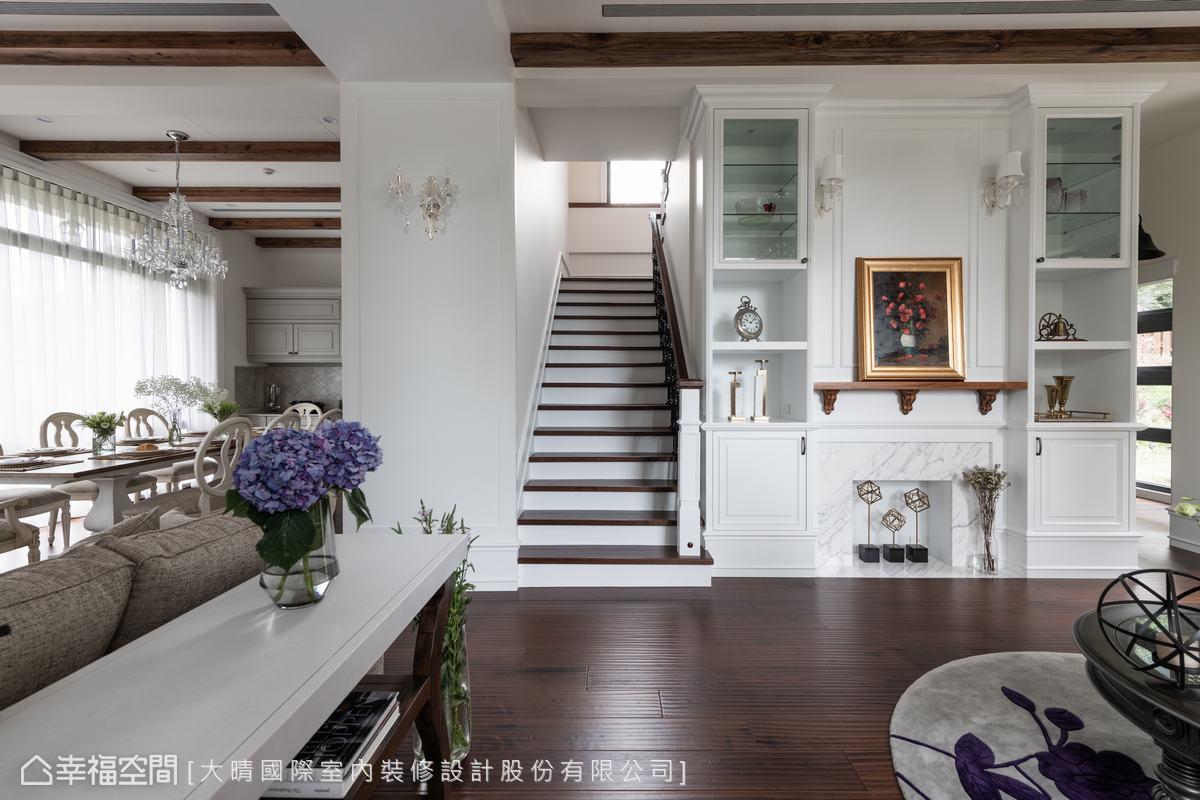 有別於一般空間盡量將樓梯擺在不起眼位置,大晴國際室內裝修設計團隊反而將樓梯規劃在空間正中,強調對於公、私空間的連結感。