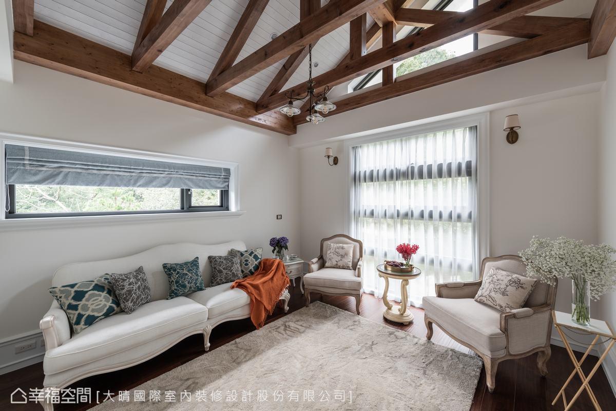 二樓起居室是屬於屋主一家的私密小空間,屋頂採用無丁卡榫打造木造桁架,讓挑高天花更有度假休閒特色。
