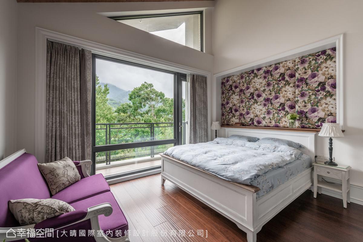 戶外小花園種植了各種季節花卉,而設計師與屋主一起挑選了布料花色,做成繃布床頭牆,繽紛花色與小花園相互呼應。