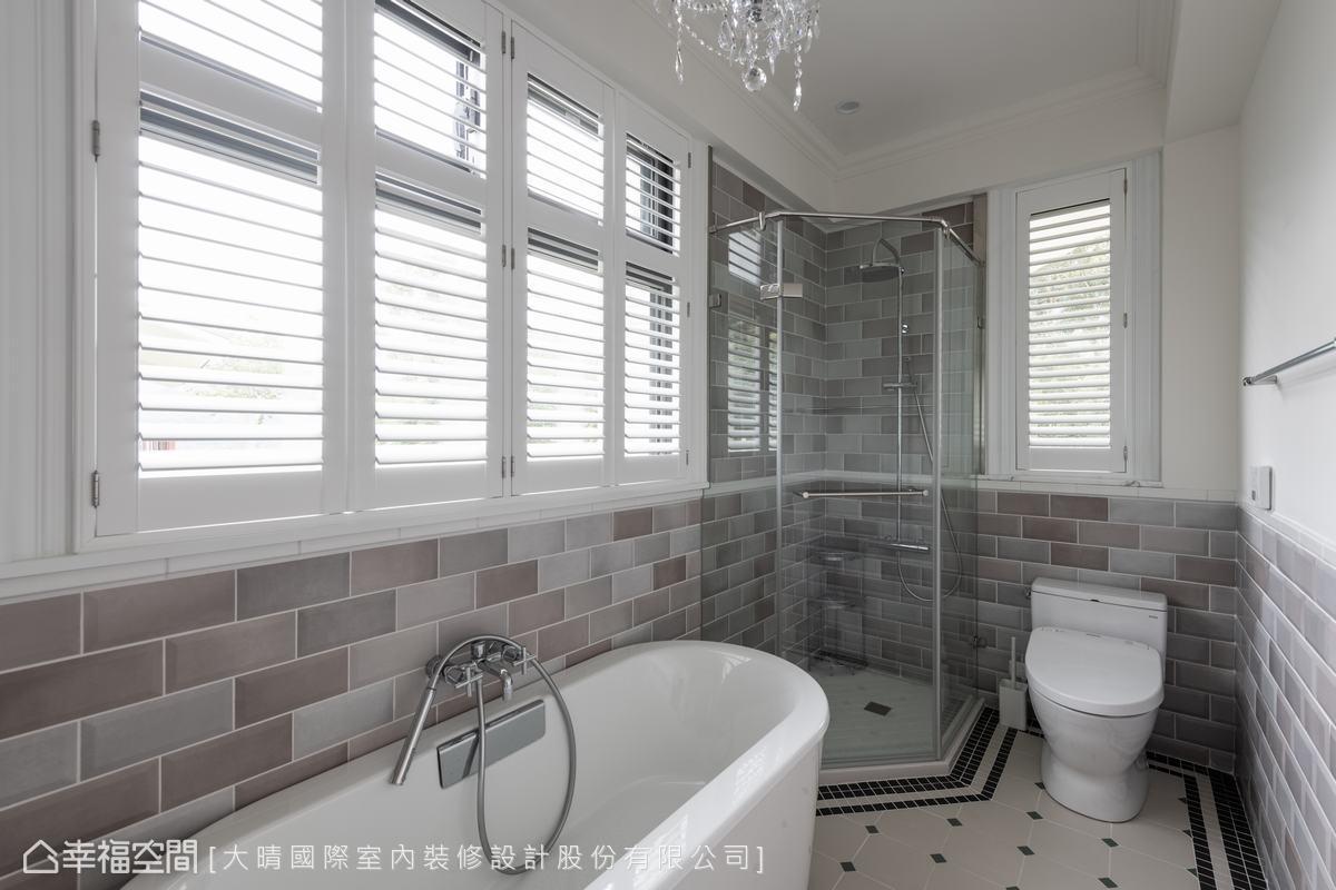 主臥衛浴的牆面與地磚,特別選用兩種不同的磁磚交織出空間趣味。透過百葉窗,屋主可以邊泡澡邊欣賞山景。