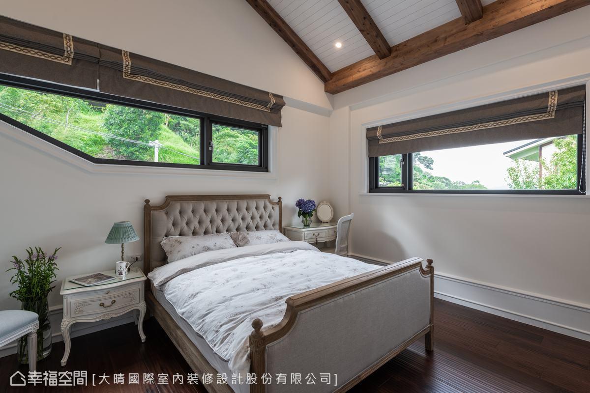 位置較高的採光窗,平衡了挑高屋頂帶來的空曠感,陽光在溫柔灑落室內的同時,又讓臥室保有隱私性。