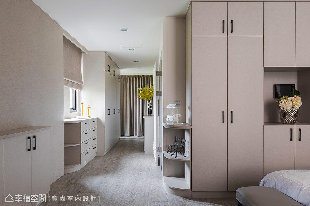 雖然櫃體收納非常充足,但還是替屋主保留對外的採光,例如窗下轉角櫃的設計,除了可以放置隔天出門的物品或包包,也讓光線盈滿於內。