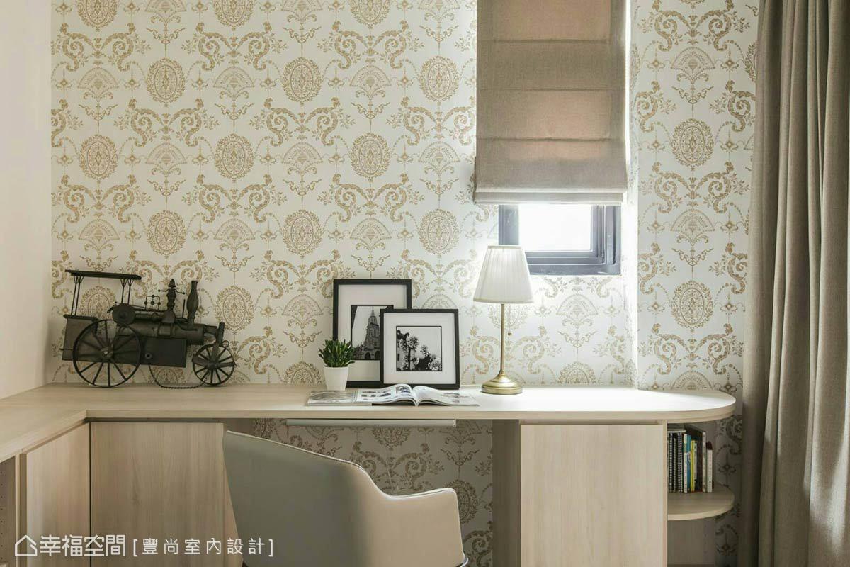 書桌設置在靠窗區,透過光線輝映牆上圖騰造型壁紙,刻劃馨暖的溫度。